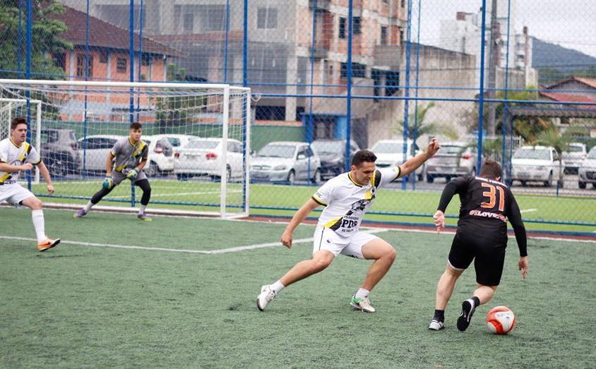 Leães (de branco) foi eliminado pelo saldo de gols. Foto  Lucas  Canto Divulgação 2900f4e088627