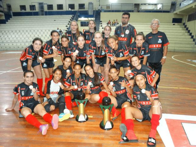 As equipes femininas Sub-15 e Sub-17 de Joinville entraram em quadra neste  sábado (17) pela Copa Gazeta 359dcc8f32d78